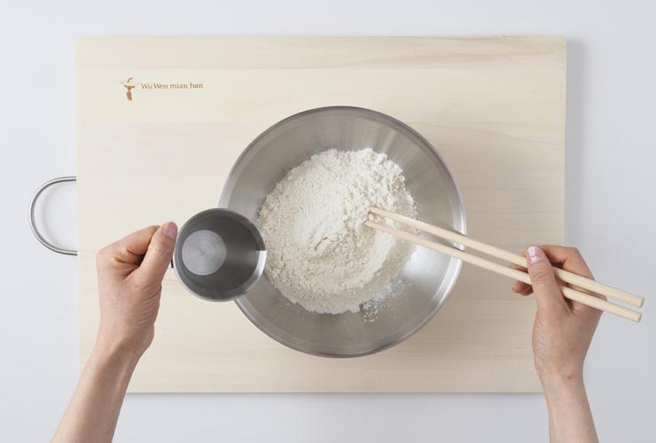 小麦粉と水を混ぜ合わせる